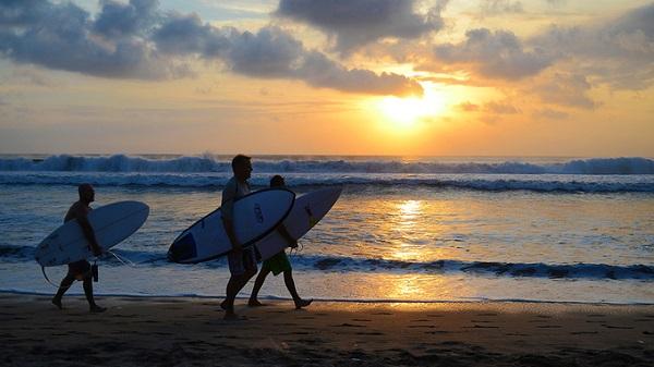 Biển Kuta nằm ở phía tây đảo Bali. Đây là một trong những bãi biển nổi tiếng không chỉ với người địa phương mà cả du khách nước ngoài. Hoạt động được nhiều khách ưa thích nhất là lướt ván. Nếu chưa biết bạn cũng có thể tham gia các khóa học lướt ván ngắn hạn. Biển Kuta cách sân bay quốc tế Ngurah Rai khoảng 10 phút đi bộ.