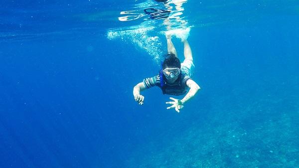Snorkeling là môn thể thao lặn với ống thở ở độ sâu khoảng 5m, đủ để bạn thỏa sức ngắm những rạn san hô hay những chú cá nhỏ nhiều màu sắc. Bạn có thể mua tour lặn trong ngày từ các công ty du lịch địa phương với giá 150.000 rupiah/người (khoảng 250.000 đồng).