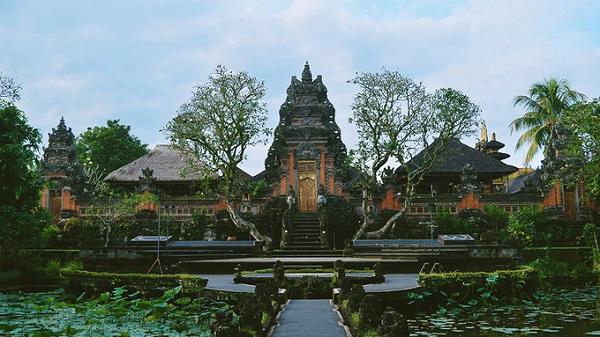 Nếu muốn tìm hiểu văn hóa của đảo, bạn có thể ghé thăm Ubud Palace (cung điện Ubud), từng là nơi sinh sống của các hoàng gia Ubud. Không gian cung điện mang lối kiến trúc Hindu độc đáo được bao phủ bởi nhiều cây xanh.