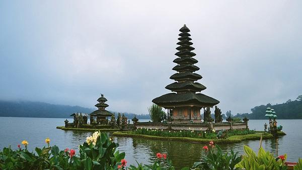 Nằm cách thủ phủ Denpasar hơn 50 km về hướng bắc, thị trấn Bedugul nổi tiếng với hồ nước Bratan rộng lớn, ngôi đền nằm lơ lừng trên mặt hồ. Đến đây vào sáng sớm, bạn sẽ cảm nhận được cái lạnh của vùng núi và có cơ hội ngắm nhìn ngôi đền mờ ảo trong sương mù. Hình ảnh ngôi đền trên mặt nước còn được chính phủ Indonesia in trên mặt tờ tiền mệnh giá 50.000 rupiah.
