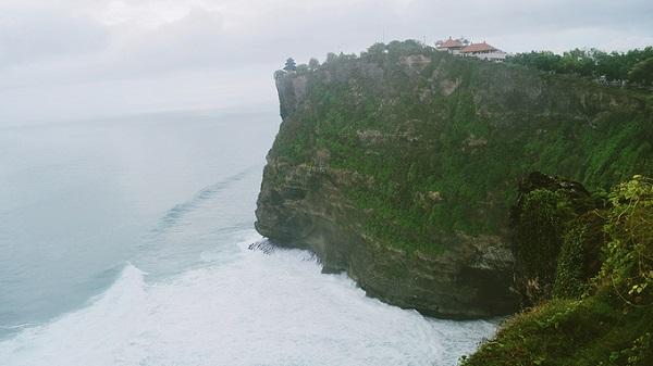 Nằm ở phía tây nam của đảo Bali, Uluwatu cũng là điểm đến thú vị với ngôi đền cùng tên nằm lưng chừng bên một vách đá cao chót vót. Khu vực này cũng là điểm lướt ván nổi tiếng ở Bali.