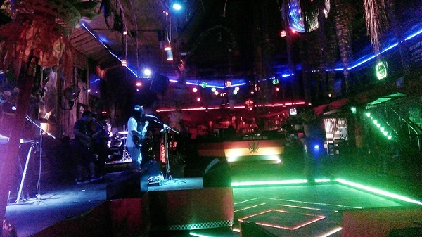 Hấp dẫn du khách nhất ở Bali đó là các quán bar sôi động, với nhiều dòng nhạc đa dạng và dành cho nhiều lứa tuổi khác nhau. Jalan Legian là một trong những con đường trung tâm ở Kuta, nổi tiếng với các quán bar mở cửa nhộn nhịp đến 5h sáng. Ngoài ra, nếu chọn khu vực Seminyak hay Jimbaran để nghỉ chân, bạn cũng sẽ dễ tìm được những club, bar mở cửa đến đêm muộn tại khách sạn lớn.