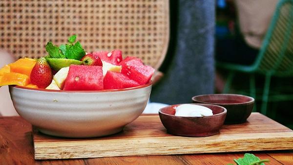 Nếu là một người yêu thích ngồi cà phê, bạn không thể nào bỏ qua các quán nước nhỏ xinh nằm ở trung tâm khu vực Kuta hoặc Seminyak. Ngoài việc thử vị cà phê Luwak nổi tiếng thế giới, các loại sinh tố, nước ép, trái cây hoặc các món smoothies cũng hấp dẫn không kém.
