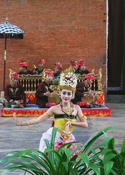 Còn nếu là người yêu thích nghệ thuật, bạn nên thưởng thức điệu múa Bali truyền thống. Sự uyển chuyển của các cô gái Bali xinh đẹp kết hợp với âm nhạc truyền thống sẽ mang lại cho bạn những giờ phút thư giãn. Phần biểu diễn dài hơn 2 tiếng với giá 100.000 rupiah (khoảng 180.000 đồng).
