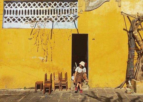"""Những bức tường vàng - Hội An Từ lâu, nơi đây đã trở thành nguồn cảm hứng cho nhiều nhiếp ảnh gia và du khách trẻ thích chụp hình """"sống ảo"""". Trong khu phố, những ngôi nhà cũ nổi bật với sắc vàng đặc trưng. Dưới ánh nắng, phố cổ Hội An trở nên rực rỡ hơn nhờ những bức tường này. Đây cũng là một trong những điều để lại những ấn tượng khó quên trong lòng du khách khi đến phố Hội. Ảnh: Hường Trần."""