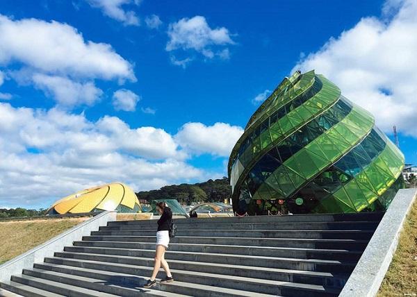 """Quảng trường Lâm Viên - Đà Lạt Quảng trường rộng hơn 72.000 m2 tọa lạc giữa trung tâm của """"thành phố tình yêu"""", hướng ra hồ Xuân Hương, khởi công vào năm 2009. Công trình gồm nhiều hạng mục như: khán đài 15.000 người, hệ thống đài phun nước nghệ thuật, bãi đậu xe, cây xanh, cung biểu diễn nghệ thuật 1.500 chỗ ngồi, khu triển lãm, thương mại, vui chơi giải trí... Điểm nhấn của công trình là cung nghệ thuật mô phỏng hoa dã quỳ cao 18 m và quán cà phê hình nụ hoa hồng hay actiso cao 15 m. Ảnh: Instagram."""