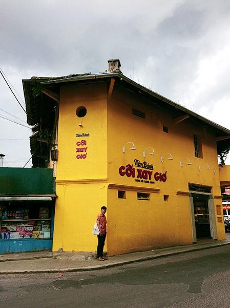 Tiệm bánh cối xay gió - Đà Lạt Bức tường vàng cùng dòng chữ đỏ trên thuộc tiệm bánh Cối Xay Gió nằm ở đường Hoà Bình. Với màu sắc và kiểu chữ mang phong cách retro, bức tường nhanh chóng được nhiều du khách yêu thích, tìm đến chụp hình. Không ít bộ ảnh thời trang được thực hiện tại đây. Ảnh: Di Vỹ.
