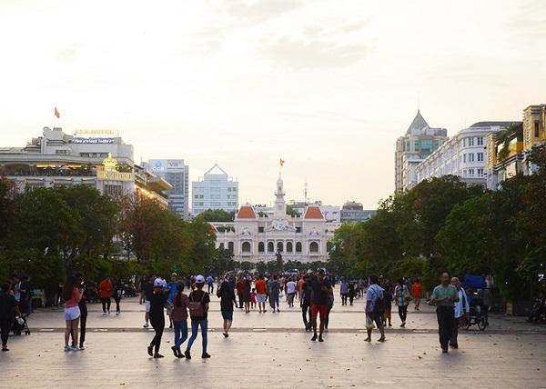 Phố đi bộ Nguyễn Huệ - TP. HCM Là phố đi bộ đầu tiên ở TP HCM, đường Nguyễn Huệ thường đông đúc vào dịp cuối tuần và dịp lễ hội. Điểm nhấn của tuyến phố là tượng đài Chủ tịch Hồ Chí Minh nằm trước Ủy ban nhân dân thành phố. Công trình được khánh thành nhân dịp kỷ niệm 125 ngày sinh của Chủ tịch Hồ Chí Minh. Tuyến phố có wifi miễn phí. Nhiều hoạt động văn nghệ được các nhóm bạn trẻ biểu diễn vào mỗi buổi tối khiến không khí lúc nào cũng nhộn nhịp. Ảnh: Di Vỹ.