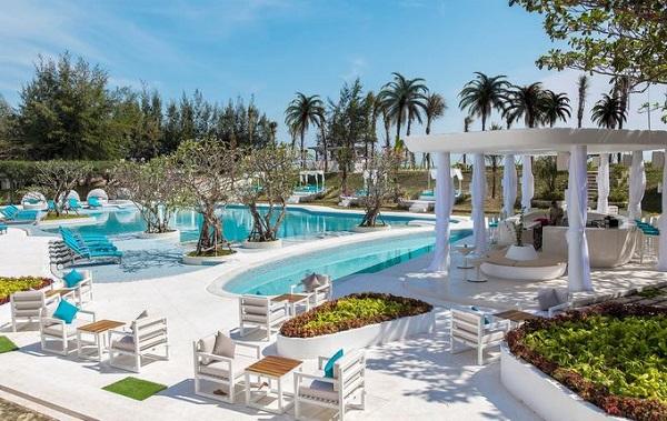 Cũng như Santorini, khách sạn Alma Oasis Long Hải ở Bà Rịa - Vũng Tàu gây ấn tượng với du khách bởi hai gam màu chủ đạo là xanh - trắng. Khu nghỉ nằm bên bờ biển Long Hải, cách TP HCM khoảng 120 km. Tại đây có 5 biệt thự, 69 phòng bungalow, tất cả đều có view hướng vườn hoặc biển, tạo cảm giác thoải mái.