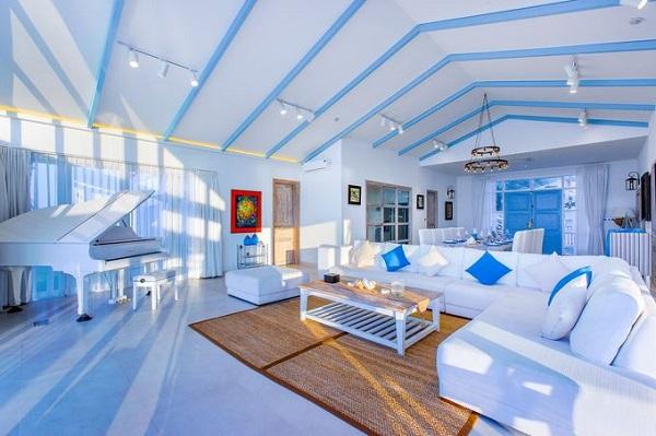 Từ không gian bên ngoài đến nội thất của phòng đều gợi cảm giác về một kỳ nghỉ ở hòn đảo thiên đường. Các phòng được thiết kế, chia thành từng loại để phù hợp cho khách đi theo đôi hoặc gia đình.