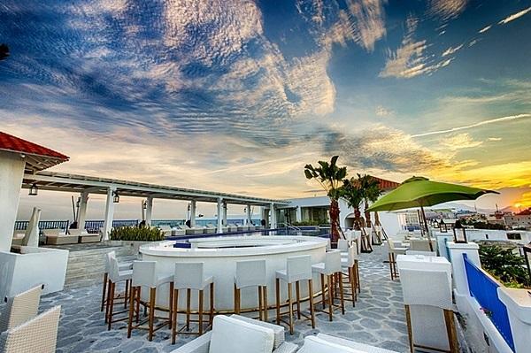Risemount Resort là một khu nghỉ khác ở Đà Nẵng cũng lấy cảm hứng tương tự. Tuy nhiên thiết kế của nơi này hoàn toàn khác với ban công màu xanh nổi bật trên nền trắng tổng thể. Nếu Santorini từng được bình chọn là điểm ngắm hoàng hôn đẹp nhất thế giới, khách sạn cũng có khu quầy bar sân thượng để khách tận hưởng những tia nắng cuối ngày.