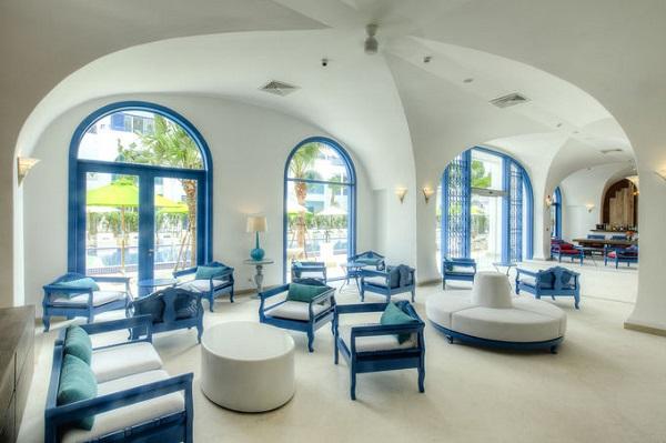 """Nơi này có 103 phòng chia thành 9 hạng. Từ phòng nghỉ đến các phòng chức năng như quán bar, nhà hàng... trong khách sạn đều tuân theo nguyên tắc màu và thiết kế thống nhất. Bạn sẽ dễ dàng tìm được những góc check-in """"sống ảo"""" như đang ở nước ngoài."""