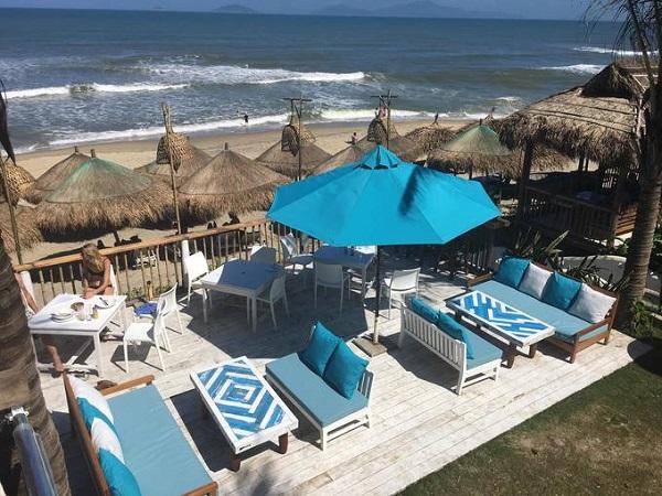 Với những du khách muốn tìm quán cà phê mang âm hưởng Địa Trung Hải, bạn có thể tìm đến Deck House ở bãi biển An Bàng, Hội An. Quán rộng, nằm ngay bãi biển hoang sơ, tuyệt đẹp. Nội thất đơn giản, có phần hoang dã nhưng vẫn có điểm nhấn với những tấm nệm, gối và ô che nắng màu trắng - xanh xen kẽ.
