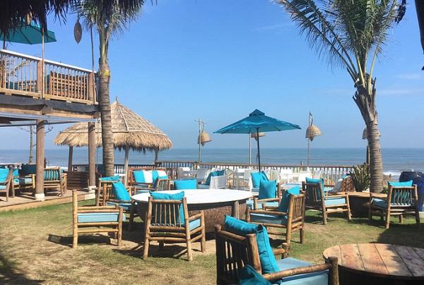 Ngồi ở đây, khách vừa có thể nhâm nhi đồ uống, vừa ngắm nhìn cảnh biển của nơi được Tripadvisor bình chọn vào top 25 bãi biển đẹp nhất châu Á năm 2017. Giá đồ uống 50.000 - 70.000 đồng, ngoài ra có phục vụ các bữa ăn sáng - trưa - tối.