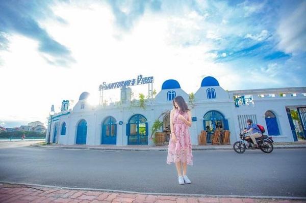 Tại Hà Nội, bạn cũng có thể ghé quán cà phê phong cách này nằm sát hồ Tây. Đó là quán Santorini Vibes Cafe. Từ đường, du khách rất dễ thu hút bởi vẻ ngoài của quán với các cửa vòm xanh, tường trắng, điểm xuyết màu xanh tươi của cây leo. Hơn nữa, quán lại có view ra hồ Tây lộng gió.
