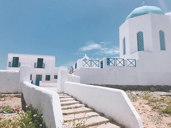 """Để check-in Santorini """"chuyên nghiệp"""" hơn, bạn có thể ghé một số phim trường dựng theo phong cách này. Nổi tiếng nhất là phim trường Island ở Đà Nẵng với lối đi và các công trình được xây như bản sao của hòn đảo ở Hy Lạp. Tuy nhiên, phim trường này hiện trong giai đoạn tu sửa và chưa mở cửa trở lại. Ảnh: Instagram."""