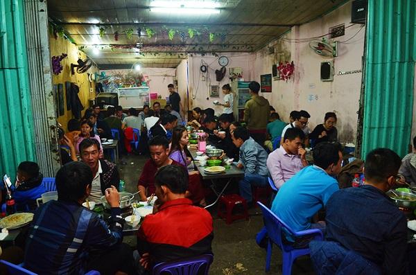 Lẩu gà lá é đường 3/4 Những món ăn nóng hổi luôn được lòng thực khách vào buổi tối. Nếu ở miền Nam có lẩu gà lá giang, người miền Bắc ăn lẩu gà với ngải cứu, thì quán ăn này dùng lá é.