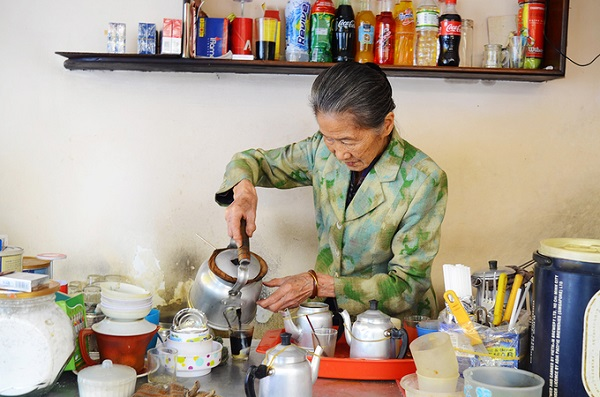 Cà phê vợt bà Năm Nơi đây là điểm hẹn nổi tiếng dành cho người thích uống cà phê vợt ở Đà Lạt. Hơn 50 năm qua, quán vẫn không một ngày ngơi nghỉ từ lúc bán ở bến xe, cho đến khi chuyển về đường Phan Bội Châu như hiện tại. Chủ quán là bà Năm. Tuy tuổi đã ngoài 80, bà vẫn đứng chế cà phê cho khách mỗi ngày.
