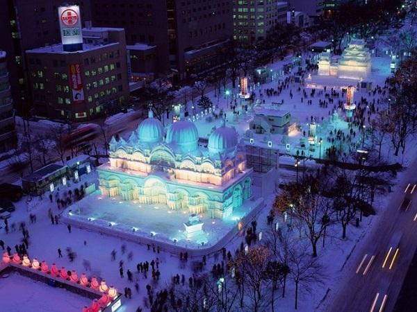 Sapporo, Hokkaido  Sapporo là thành phố lớn thứ 4 ở Nhật nằm trên đảo Hokkaido. Nếu bạn đang tìm một nơi để vui chơi vào mùa đông ở Nhật, Sapporo và lễ hội băng tuyết là một nơi lý tưởng. Đây là sự kiện lớn nhất vào mùa đông ở Nhật tổ chức tháng 2 hàng năm thu hút hàng triệu du khách từ khắp nơi tới tham gia. Sapporo vào dịp lễ hội này sẽ trưng bày rất nhiều tác phẩm nghệ thuật làm từ băng tuyết. Ảnh: pandotrip.