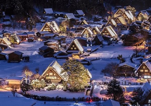 Shirakawago, Gifu  Shirakawago là một ngôi làng cổ được công nhận di sản thế giới. Dù mỗi mùa có vẻ đẹp riêng, mùa đông tuyết trắng vẫn là thời điểm lý tưởng nhất để du khách tới đây chiêm ngưỡng. Đặc biệt hơn là vào buổi tối ngôi làng bừng sáng lung linh. Shirakawago thực sự là điểm đến thiên đường của dân nhiếp ảnh. Ảnh: japanbook.
