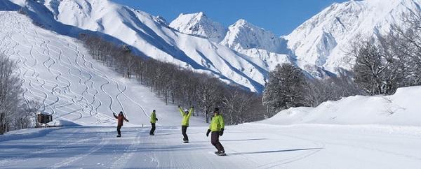Hakuba, Nagano  Những ngọn núi ở Hakuba phủ tuyết trắng xóa với nhiều dốc thoải, rộng, rất lý tưởng cho du khách ngắm cảnh, nghỉ dưỡng, và nhất là trượt tuyết. Hakuba có nhiều khu nghỉ dưỡng phục vụ chủ yếu cho khách tới trượt tuyết nhưng cũng không thể thiếu dịch vụ tắm onsen truyền thống. Ảnh: Gdayjapan.