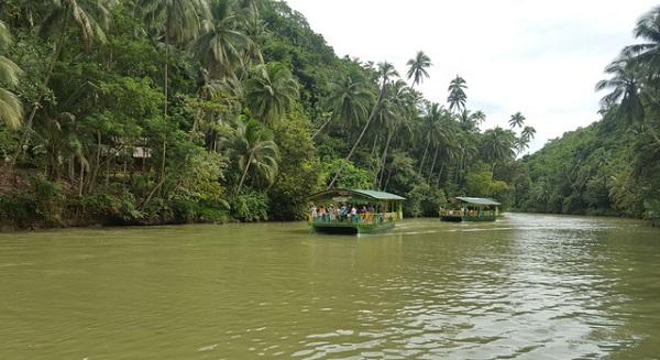 Đi thuyền trên sông Loboc
