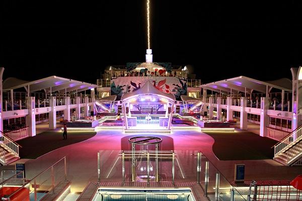 Vào những ngày lễ hội, Dream World còn tổ chức bắn pháo hoa trên biển để phục vụ các bữa tiệc thâu đêm.