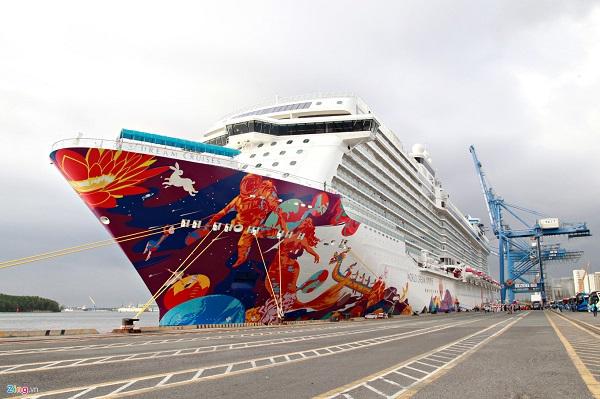 World Dream khởi hành từ Hong Kong, đón khách ở Quảng Châu, Trung Quốc và ghé thăm các điểm đến nổi tiếng của Việt Nam, Philippines. Tàu mới cập bến Tân Cảng Cái Mép (Bà Rịa – Vũng Tàu) vào ngày 5/12 và sẽ đến Nha Trang vào ngày 6/12.