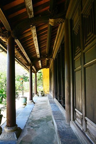 Toàn bộ hệ khung kết cấu nhà được làm bằng gỗ, liên kết mộng hoàn toàn.
