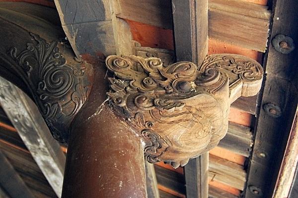Ngôi nhà có tất cả 48 cột, cùng hệ thống vì kèo được làm bằng gỗ mít; đòn tay gỗ kiền kiền; ván ngăn trong nhà gỗ lim. Các cột được gối trên bệ đá.