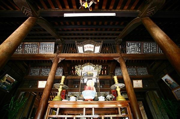 """Không gian nội thất của ngôi nhà được phân chia rõ ràng theo chức năng sử dụng. Gian giữa là gian thờ, với nguyên tắc bài trí: """"tiền Phật hậu linh"""" (thờ Phật phía trước, thờ tổ tiên phía sau)."""