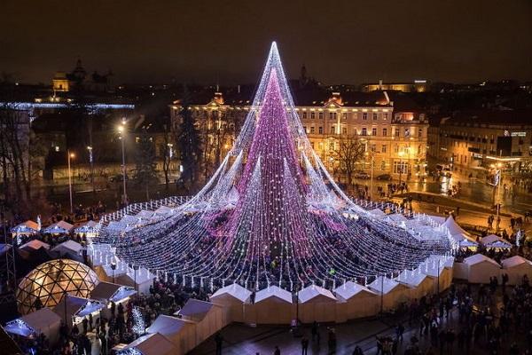 Mùa Giáng sinh chính thức bắt đầu tại Vilnius, thủ đô Lithuania, khi cây thông Noel ở đây được thắp sáng giữa quảng trường Nhà thờ vào ngày đầu tiên tháng 12. Ảnh: Saulius Žiūra.
