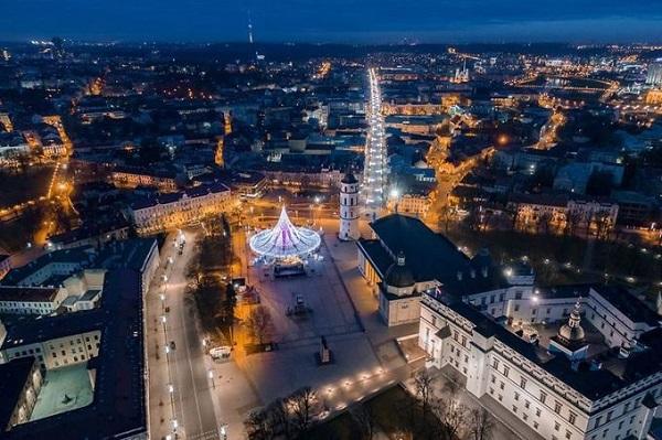 Trong hình là cây thông Noel của năm 2016 tại Vilnius, thắp sáng vào đêm 26/11 với 50.000 bóng đèn trang trí. Ảnh: Lukas Balandis.