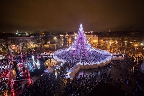 Năm 2016, Vilnius cũng vào danh sách những nơi có cây thông Noel đẹp nhất thế giới. Vì thế năm nay thành phố tiếp tục có một bất ngờ cho cư dân địa phương và du khách với cây thông trang trí bằng nhiều bóng đèn hơn nữa. Ảnh: Saulius Žiūra.
