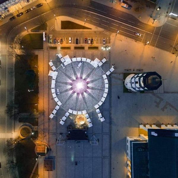 Cây thông Giáng sinh năm nay của Vilnius được cho là sáng tới nỗi các du khách bay trên bầu trời của thủ đô Lithuania cũng có thể nhìn thấy nó bằng mắt thường. Ảnh: Saulius Žiūra.