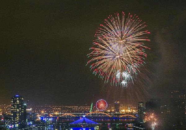"""Đà Nẵng là địa phương đang sở hữu """"đặc sản"""" pháo hoa, với các cuộc thi trình diễn, lễ hội pháo hoa quốc tế trong mùa du lịch. Ảnh: Nguyễn Đông."""
