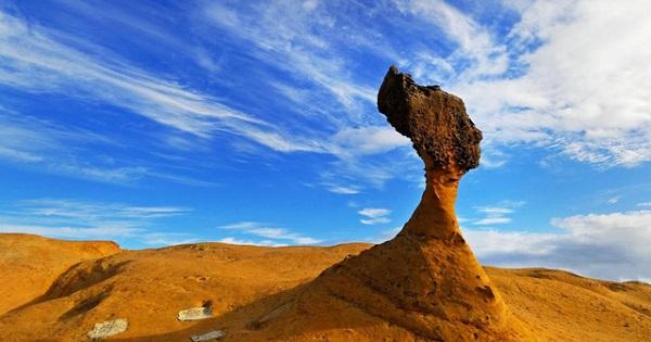"""Hòn đá nổi tiếng nhất được đặt tên là """"đầu nữ hoàng"""" - Ảnh: Guide to Taipei.com"""