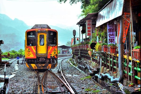 Đường sắt chạy dọc theo con đường chính của làng - Ảnh: OWNRIDES