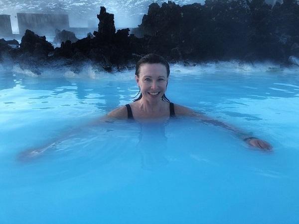 Blue Lagoon cách sân bay quốc tế Keflavik 20 km và cách thủ đô Reykjavik 39 km. Nguồn nước ở đây được cung cấp từ một nhà máy địa nhiệt Svartsengi và được bơm thay hai ngày một lần. Ảnh: Kay Burley.