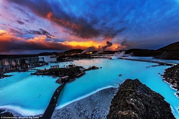 Nước ở Blue Lagoon nóng lên tự nhiên do dòng dung nham ngầm chảy dưới lòng đất, rất giàu khoáng chất như silicat và lưu huỳnh nên tắm ở đây có thể giúp con người tránh được một số bệnh ngoài da. Ảnh: Shutterstock.