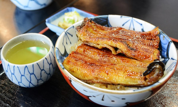 Làng Obara còn nổi tiếng với món cơm lươn nướng đậm đà, thơm nức cùng loại bánh làm từ hoa anh đào địa phương rất độc đáo.