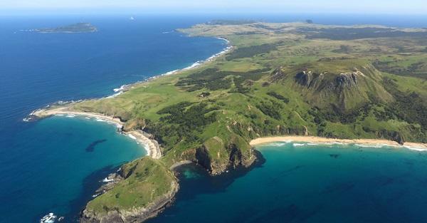 Theo Hải quân Mỹ, đỉnh Kahuitara ở đảo Pitt là điểm có người sinh sống đầu tiên trên thế giới đón mặt trời vào ngày 1/1 hàng năm, vào lúc 4h50 theo giờ địa phương, trước đất liền New Zealand 45 phút. Ảnh: Newzealand.