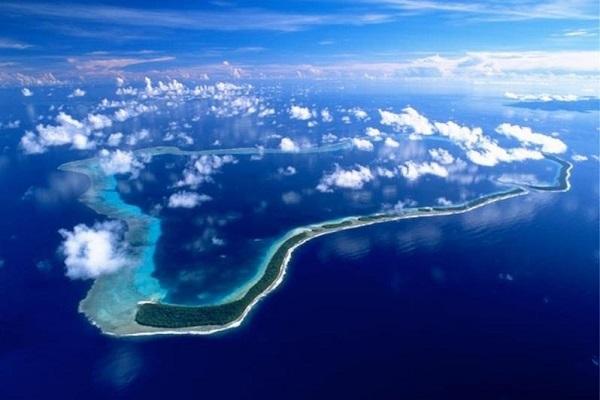 Cuộc đua giành danh hiệu nơi đầu tiên đón mặt trời mọc trong năm mới diễn ra giữa nhiều vùng và gây không ít tranh cãi. Những năm 1990, Kiribati từng chuyển đường đổi ngày quốc tế của mình ra xa hơn về phía đông để khẳng định quần đảo Caroline (trong ảnh) là nơi đầu tiên trên thế giới bước vào thiên niên kỷ mới. Tuy nhiên, đảo Pitt đã đón năm mới sớm hơn Kiribati tới 25 phút. Ảnh: Perfectwavetravel.