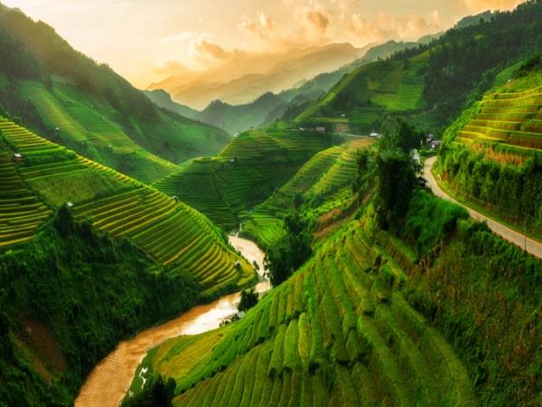 Mù Cang Chải, Yên Bái, Việt Nam Nằm ở miền bắc, Mù Cang Chải là một vùng núi trùng điệp với rất nhiều ruộng bậc thang đẹp như tranh vẽ. Tùy từng thời điểm trong năm, những ruộng bậc thang trồng lúa có màu khác nhau. Mù Cang Chải nằm cạnh dãy Hoàng Liên Sơn, được người dân tộc Mông cải tạo sườn núi thành ruộng bậc thang từ hàng trăm năm trước và ngày nay vẫn dùng để trồng trọt. Ảnh: iStock.