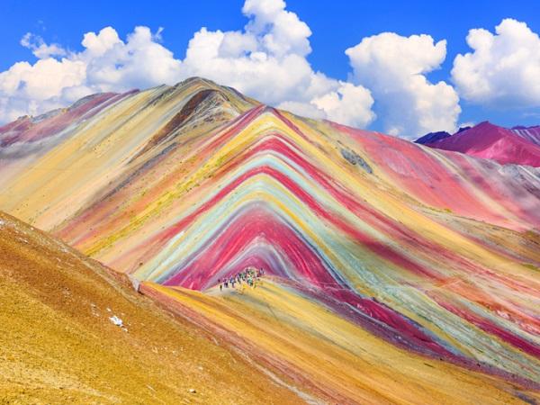 Vinicunca, Cusco, Peru Còn được mệnh danh là dãy núi Cầu Vồng, Vinicunca có nghĩa là núi 7 màu theo tiếng địa phương ở vùng Cusco, Peru. Màu sắc của vùng núi này có được là do những loại quặng khoáng sản, nhưng trước đây con người không thể dễ dàng nhìn thấy bởi nó bị ẩn dưới một lớp băng rất dày. Ảnh: Shutterstock.
