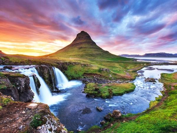 Kirkjufell, Grundarfjörður, Iceland Là vùng núi được yêu thích nhất ở Iceland của các nhiếp ảnh gia, Kirkjufell nằm ở bán đảo Snæfellsnes. Đỉnh núi trông như nổi lên từ đại dương, các dòng thác chảy phía trước núi làm tăng thêm vẻ đẹp tráng lệ của ngọn núi. Kirkjufell từng được chọn làm bối cảnh phần 6, 7 của Game of Thrones (Trò chơi vương quyền). Ảnh: Shutterstock.