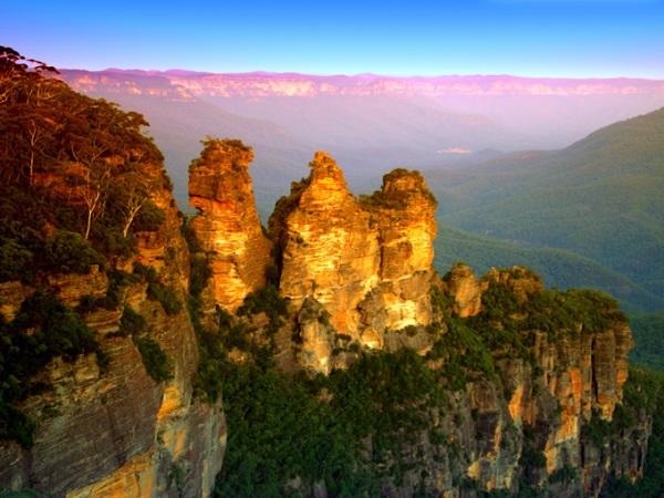 """Three Sisters, New South Wales, Australia Ngọn núi """"Ba chị em"""" - Three Sisters thuộc dãy núi Blue ở bang New South Wales thu hút rất nhiều du khách hàng năm tới chụp ảnh. Đây là khu vực có nhiều rừng khuynh diệp, vách núi hiểm trở và các thác nước lớn. Ảnh: Shutterstock."""