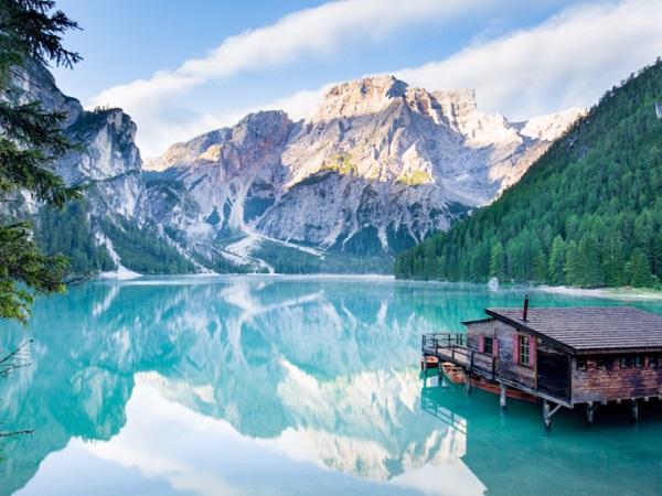 """Dolomites, Italy Vùng núi Dolomites có 18 đỉnh tất cả, là một phần của dãy Alps thuộc Italy, có nhiều chỗ cao tới hơn 3.000 m. Dãy núi này nổi tiếng là có nhiều """"bức tường"""" đá vôi cao nhất thế giới. Hồ Braies (hình) thường được gọi là viên ngọc ở Dolomites. Vào mùa hè, nước hồ có màu xanh ngọc như một tấm gương phản chiếu cảnh vật xung quanh. Braies cũng là hồ tự nhiên rộng và sâu nhất thuộc vùng Dolomites. Ảnh: Shutterstock."""