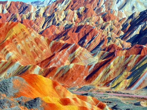 Trương Dịch Đan Hà, Cam Túc, Trung Quốc Đan Hà được gọi là một vùng đất có địa chất địa mạo đặc biệt của miền tây bắc Trung Quốc. Những dãy núi nhiều màu được tạo nên từ các lớp khoáng chất và đá bị phá vỡ, trong quá trình một hòn đảo (Ấn Độ hiện nay) va chạm với phần còn lại của lục địa Á - Âu. Ảnh: Shutterstock.