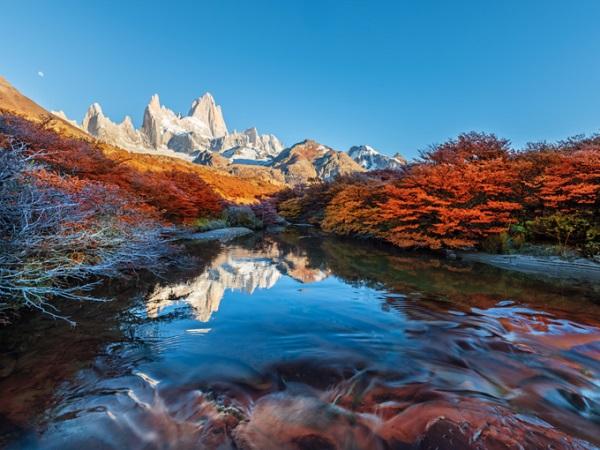 """Fitz Roy, Patagonia Vùng núi này nằm ở biên giới Argentina và Chile, miền nam sông băng Patagonia, thuộc lục địa Nam Mỹ. Trong khi nhiều người biết tới nơi này với tên Fitz Roy, tên gọi đầu tiên lại là Chalten, có nghĩa """"núi khói"""" trong tiếng địa phương. Fitz Roy được đặt theo tên của Sir Robert FitzRoy, một thủy thủ giúp Charles Darwin đến được Nam Mỹ. Ảnh: Shutterstock."""